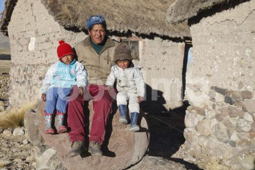 Alpaka-Hirte mit seinen Söhnen (Peru, CIAP) - lobOlmo Fair-Trade-Fotoarchiv
