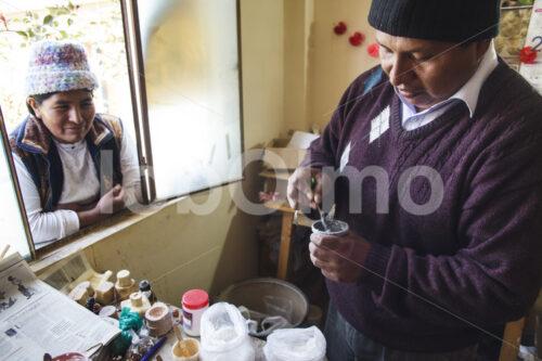 Anrühren von Keramik-Glasuren (Bolivien, Ayni) - lobOlmo Fair-Trade-Fotoarchiv