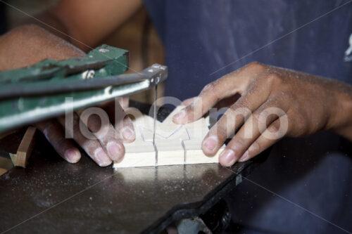 Aussägen von Holzstücken (El Salvador, La Semilla de Dios) - lobOlmo Fair-Trade-Fotoarchiv