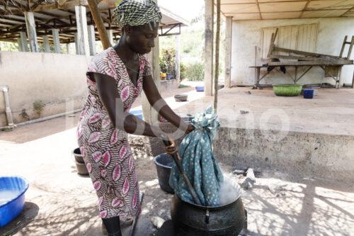 Auswaschen des Batikwachses (Ghana, Global Mamas) - lobOlmo Fair-Trade-Fotoarchiv