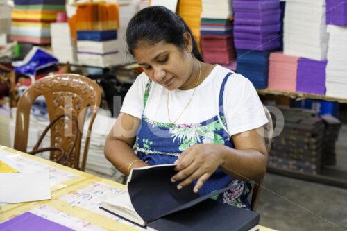 Basteln von Elefantenkot-Papierprodukten (Sri Lanka, MAXIMUS) - lobOlmo Fair-Trade-Fotoarchiv