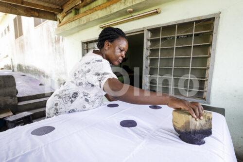 Batiken des Stoffs (Ghana, Global Mamas) - lobOlmo Fair-Trade-Fotoarchiv