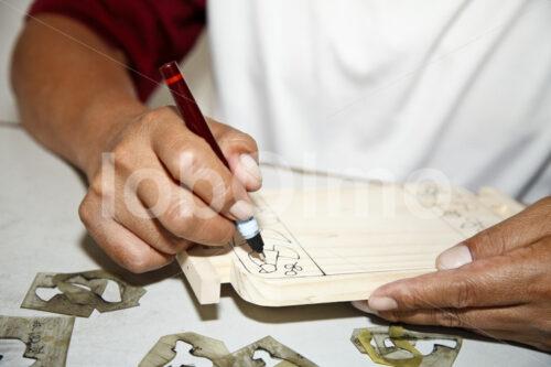 Bemalen von Holzstücken (El Salvador, La Semilla de Dios) - lobOlmo Fair-Trade-Fotoarchiv