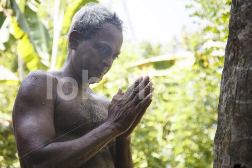 Beten vor der Kokosnussernte (Sri Lanka, MOPA/BioFoods) - lobOlmo Fair-Trade-Fotoarchiv