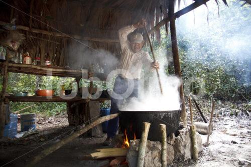 Einkochen des geernteten Latex (Mexiko, Chicza) - lobOlmo Fair-Trade-Fotoarchiv