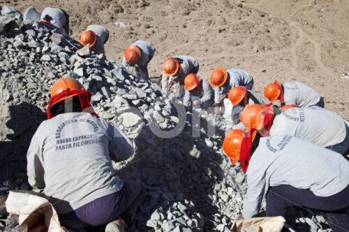 Erzrestesammlerinnen der Goldmine Santa Filomena (Peru, SOTRAMI) - lobOlmo Fair-Trade-Fotoarchiv