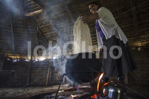 Färben von Schafwolle mit Moos (Chile, Chol-Chol) - lobOlmo Fair-Trade-Fotoarchiv
