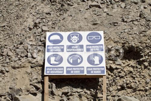 Gebotsschild am Eingang in die Goldmine Santa Filomena (Peru, SOTRAMI) - lobOlmo Fair-Trade-Fotoarchiv