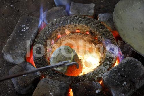 Gießen einer Klangschale (Nepal, Mahaguthi, Manushi) - lobOlmo Fair-Trade-Fotoarchiv
