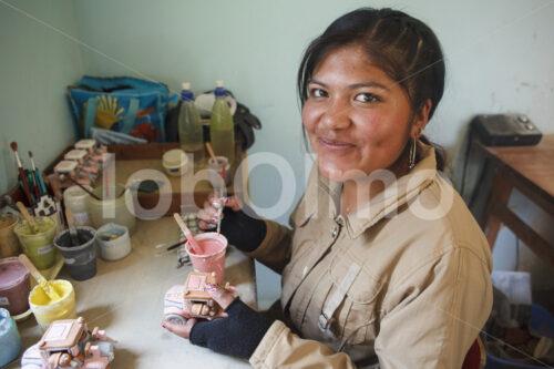 Glasieren eines Keramik-Rohlings (Bolivien, Ayni) - lobOlmo Fair-Trade-Fotoarchiv