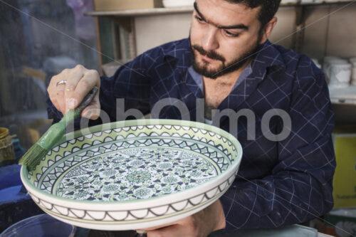 Glasieren eines Keramik-Rohlings (Palästina, BFTA) - lobOlmo Fair-Trade-Fotoarchiv