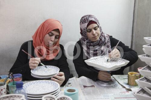 Glasieren von Keramik-Rohlingen (Palästina, BFTA) - lobOlmo Fair-Trade-Fotoarchiv