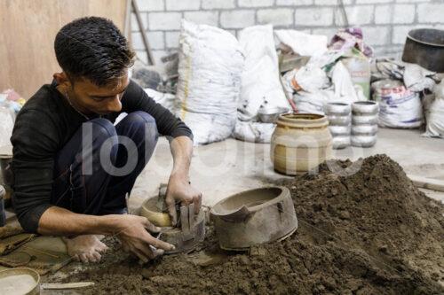 Herstellen einer Klangschalen-Gießform (Nepal, Mahaguthi, Manushi) - lobOlmo Fair-Trade-Fotoarchiv