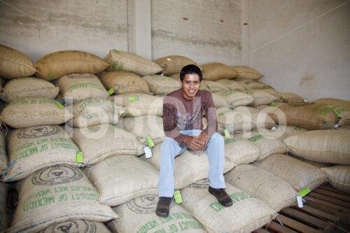 Kaffeebauer im Kaffeelager (Mexiko, UCOAAC) - lobOlmo Fair-Trade-Fotoarchiv