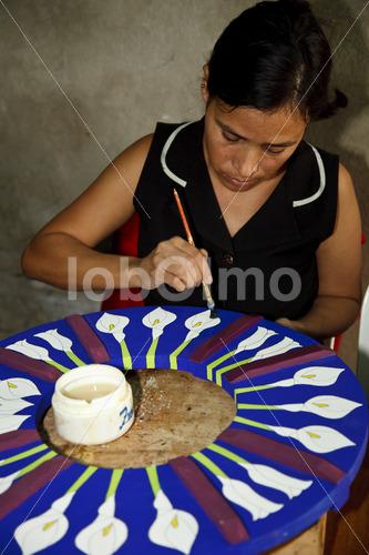 Lasieren von Holzstücken (El Salvador, La Semilla de Dios) - lobOlmo Fair-Trade-Fotoarchiv