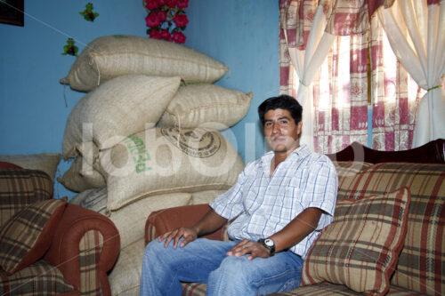 Pergamentkaffeelager im Wohnzimmer (Mexiko, UCOAAC) - lobOlmo Fair-Trade-Fotoarchiv