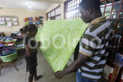 Qualitätskontrolle des gefärbten Stoffs (Ghana, Global Mamas) - lobOlmo Fair-Trade-Fotoarchiv