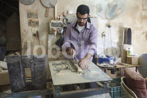 Sägen von Olivenholzkreuzen (Palästina, BFTA) - lobOlmo Fair-Trade-Fotoarchiv