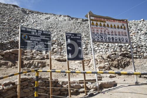 Schilder am Eingang in die Goldmine Santa Filomena (Peru, SOTRAMI) - lobOlmo Fair-Trade-Fotoarchiv