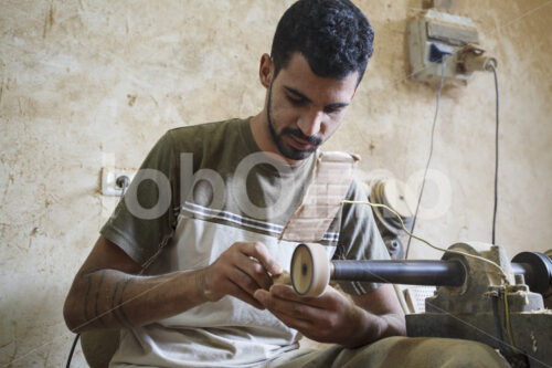 Schnitzen von Olivenholzherzen (Palästina, BFTA) - lobOlmo Fair-Trade-Fotoarchiv