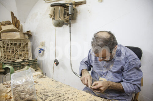 Schnitzen von Weihnachtskrippenfiguren (Palästina, BFTA) - lobOlmo Fair-Trade-Fotoarchiv