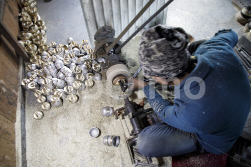 Spanen einer Klangschale (Nepal, Mahaguthi, Manushi) - lobOlmo Fair-Trade-Fotoarchiv