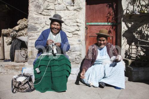Spinnen und Stricken mit Alpaka-Schurwolle (Peru, CIAP) - lobOlmo Fair-Trade-Fotoarchiv