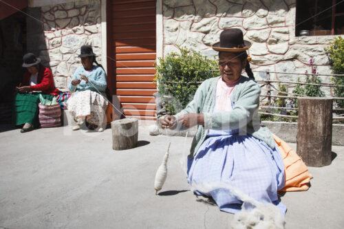 Spinnen von Alpaka-Schurwolle (Peru, CIAP) - lobOlmo Fair-Trade-Fotoarchiv