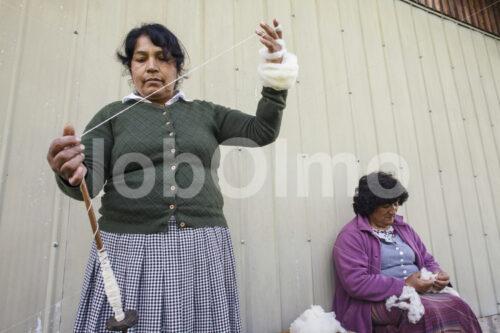 Spinnen von Schafwolle (Chile, Chol-Chol) - lobOlmo Fair-Trade-Fotoarchiv