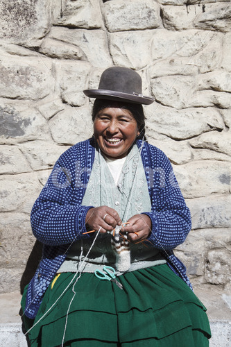 Stricken mit Alpaka-Schurwolle (Peru, CIAP) - lobOlmo Fair-Trade-Fotoarchiv