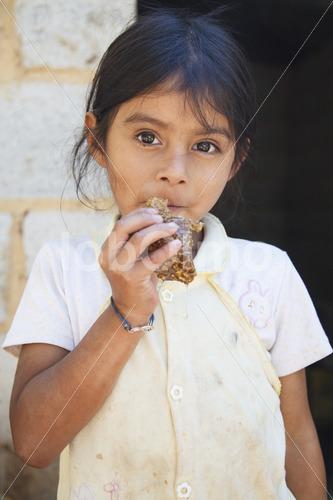 Tochter einer Imkerfamilie (Guatemala, GUAYA'B) - lobOlmo Fair-Trade-Fotoarchiv