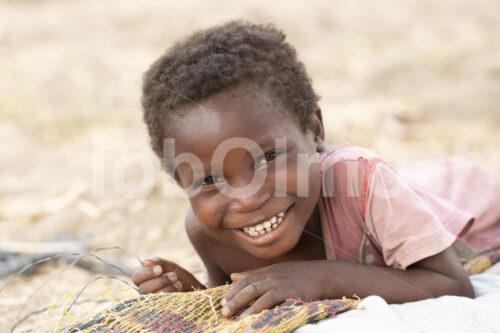 Tochter einer Korbflechterinnenfamilie (Ghana, TradeAID) - lobOlmo Fair-Trade-Fotoarchiv