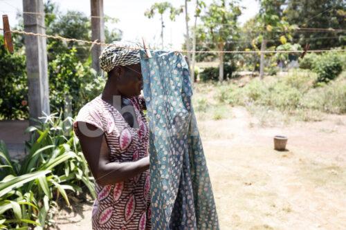 Trocknen des gefärbten Stoffs (Ghana, Global Mamas) - lobOlmo Fair-Trade-Fotoarchiv