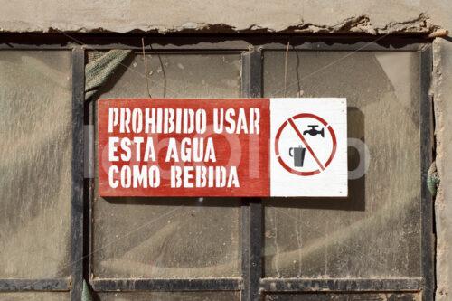 Warnschild außerhalb der Goldmine Santa Filomena (Peru, SOTRAMI) - lobOlmo Fair-Trade-Fotoarchiv