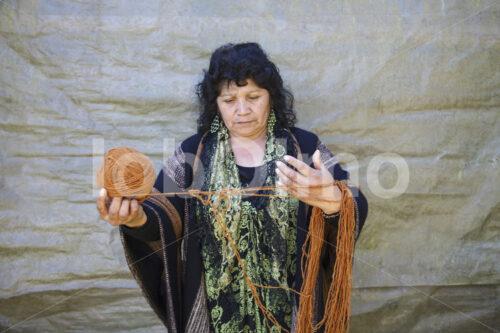 Wickeln von Schafwolle (Chile, Chol-Chol) - lobOlmo Fair-Trade-Fotoarchiv