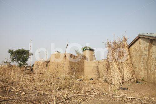 Wohnhaus einer Korbflechterinnenfamilie (Ghana, TradeAID) - lobOlmo Fair-Trade-Fotoarchiv