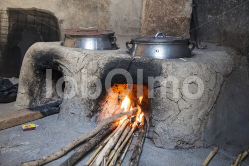 Zubereitung eines Hirsegerichts (Ghana, TradeAID) - lobOlmo Fair-Trade-Fotoarchiv