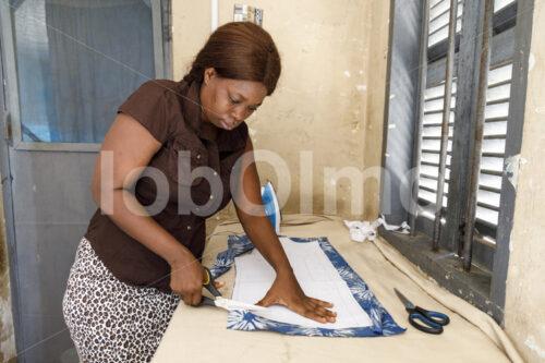 Zuschneiden des Stoffs (Ghana, Global Mamas) - lobOlmo Fair-Trade-Fotoarchiv