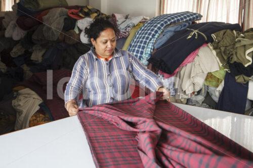 Zuschneiden des Stoffs (Nepal, Mahaguthi) - lobOlmo Fair-Trade-Fotoarchiv